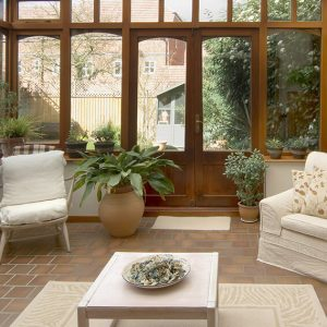 Home extension: A modern conservatory with garden view